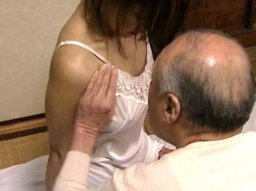 <ヘンリー・塚本>現金に釣られて高齢義父と寝取られセックスをする人妻熟女!夫の居る隣の部屋でフェラして騎乗位で腰を振る!