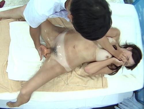素人ナンパ企画「それだめ!おかしくなるゥゥ♡」日焼け肌のエステで大量潮吹き・お漏らしアクメし膣内射精される巨乳水着美女!