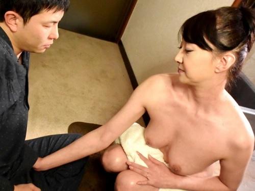 《五十路・人妻熟女》『あら♡おばさんの裸見て勃起したの?♡』垂れ乳・巨乳おっぱいの美人先生の家でセックス合宿!