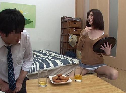 【人妻熟女NTR】(うふふ♡パンツ見てるのね…♡)我が子の友達が勃起してるの見て発情するスレンダー貧乳おばさん!