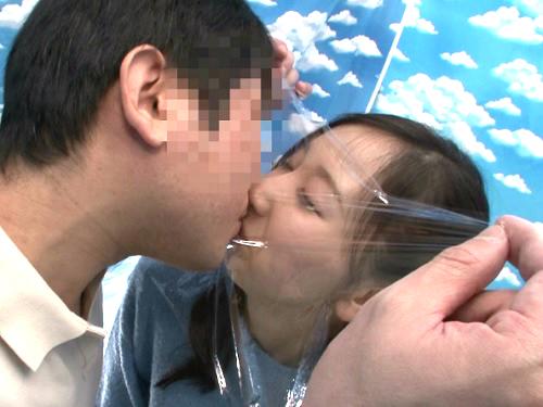 素人ナンパ企画「パパ!中はダメだからァァァ!!」仲良し父娘がラップ越しにキスからSEX!スレンダー娘の素股からの膣内射精!w