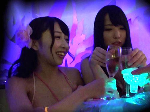 【ナイトプールナンパ】「やん♡恥ずかしいってばぁ♡」泥酔のスレンダー巨乳おっぱい水着お姉さんが連続ハメでアクメするw