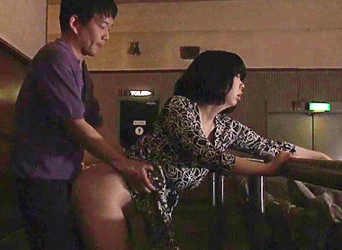 ■ヘンリー・塚本■『ハメていいわよっ!』映画館で誘惑し色んな男とフェラ・SEXはじめるスレンダー巨乳おっぱい人妻痴女!