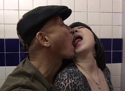 ■ヘンリー・塚本■「ここで犯して♡」映画館でフェラ誘惑し、トイレでセックスするスレンダー巨乳おっぱい人妻痴女おばさん!