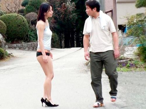 (だめぇ…見られると乳首勃起しちゃうゥゥ♥)素人娘をノーブラ露出度高めの服で実家付近を散歩させると興奮でマンコヌルヌル!
