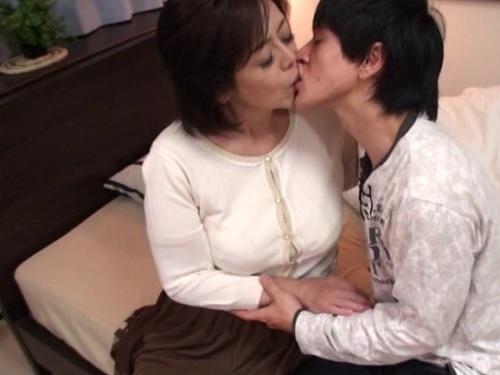 《巨乳の五十路熟女おばさんな母》おっぱい大きい美熟女な母がわが子心配で上京!超乳の人妻が母子相姦で中出しされる!