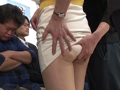 【巨乳の四十路熟女おばさんに痴漢】おっぱいでけぇムチムチ人妻が電車で触られ、公衆便所でレイプされて中出しをくらう!