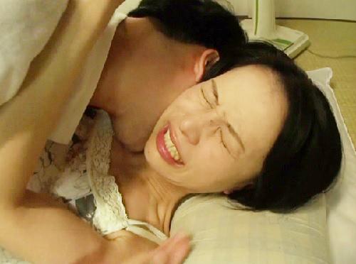 《美乳の四十路熟女おばさん》おっぱい控え目、性欲旺盛な美魔女人妻が性欲を息子に見抜かれ襲われて、息子チンポに陥落!