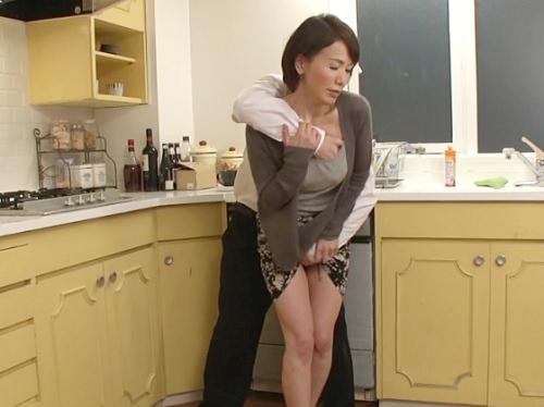 【巨乳の六十路熟女おばさん】「だ、だめよっ!」息子へのイジメを防ぐためにレイプされちゃうおっぱい大きめな還暦の人妻!