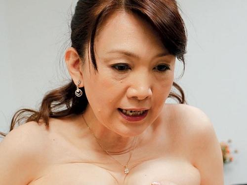 【巨乳の五十路熟女おばさんな母とSEX】おっぱいデケェ美魔女人妻が性欲旺盛な息子と母子相姦!膣内射精されてアクメ!