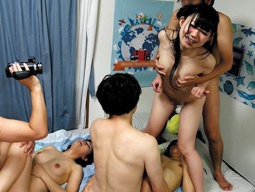 《巨乳女子大生x乱交》サークル仲間で飲み会して、友達の家で乱交パーティー!酔った勢いで何でもありのおっぱい娘たちww