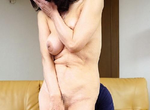 【巨乳の五十路熟女おばさん】垂れ乳なおっぱい、シワシワのたるんだ腹肉「あんまり見ないで♥」だらしない体の人妻がエロいw