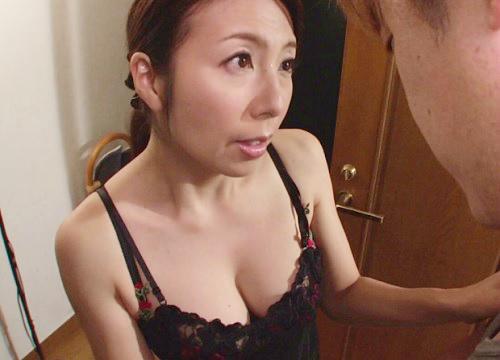 【巨乳の五十路熟女おばさん】50代には見えない張りのあるおっぱいがエロい人妻!「私が性欲処理してあげる♡」妖艶な義母!
