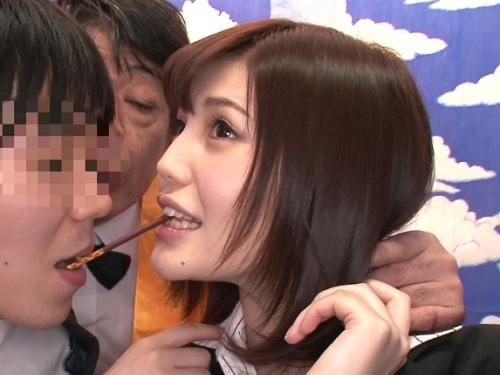 【美乳の女上司とエッチなゲーム】おっぱいも顔も綺麗な美人お姉さん!「は、恥ずかしいわよ♥」ラップ越しに乳首責めされるw