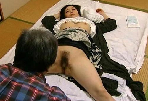《ヘンリー塚本》悪い医師が昏睡レイプ!診察した人妻熟女に睡眠薬を盛って無抵抗の巨乳おっぱいマンコを犯してしまう!