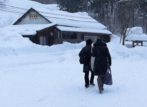 【巨乳の五十路熟女おばさん】ぽっちゃりムチムチおっぱい大きい母に恋した息子が、雪深い上州の温泉旅館で結ばれる!