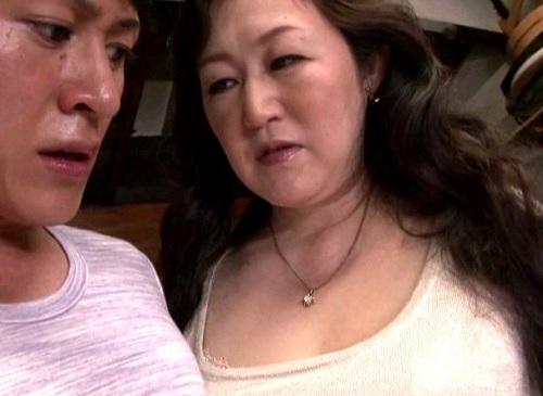 《巨乳の五十路熟女おばさんな母》おっぱいでけぇデカ尻人妻が息子カノジョに嫉妬ww「カノジョできたの?言ってみなさい…」
