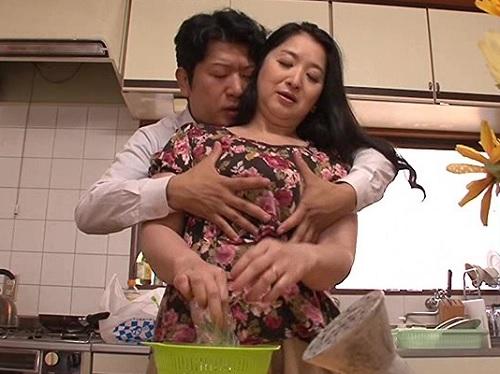 【四十路の人妻熟女】「何するの!?…ハァン♥」息子に巨乳おっぱいを揉みまくられて発情し近親相姦してしまう真面目な母
