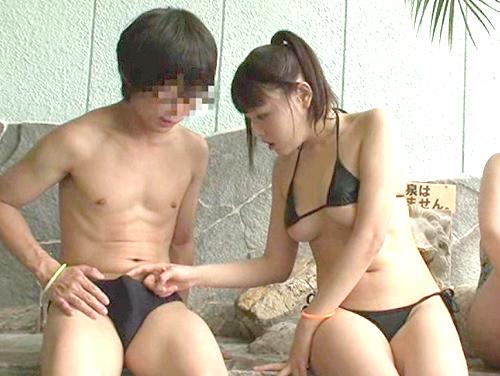 《温泉施設》(すっごいやらしい形♡)極小ビキニで下乳おっぱい見せて誘ってくる巨乳おっぱい美少女たちと抜けるSEX!
