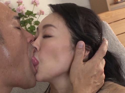 《四十路の人妻熟女》「したかったんです♥」欲求不満なスレンダー巨乳おっぱいおばさんが義父に寝取られて濃厚なセックス!