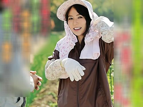 【四十路の人妻熟女】AVでオナニーしてる農家のおばさんを夫の依頼で寝取る!スレンダー美乳おっぱい美魔女が他人棒でイク!