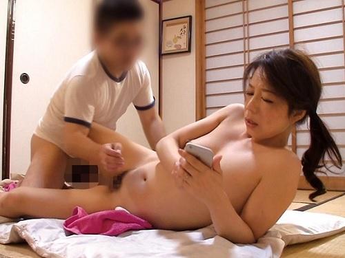 《五十路の人妻熟女》「あぁ♥主人に内緒にしないと…♥」整体師に性感マッサージされて巨乳おっぱいおばさんがマンコ濡らす!