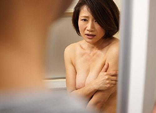 《四十路の人妻熟女》「あ、す、すみません…」夫の元上司と風呂で鉢合わせ!目の前のデカチンに巨乳おっぱい美魔女が発情ww