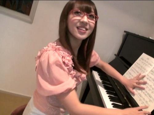 《ピアノ教師ハメ撮り》ちょい頭ゆるそうなスレンダー巨乳おっぱいお姉さんはドM痴女!スパンキングされて鳴く淫乱痴女!!
