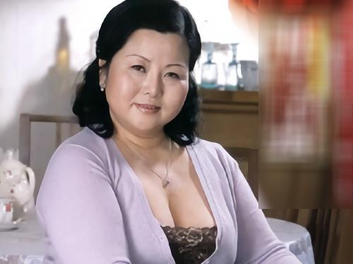 《五十路の人妻熟女》「いいわ♥ハメなさい♥」ぽっちゃりムチムチ巨乳おっぱいのデブおばさんが夜這いされ近親相姦セックス