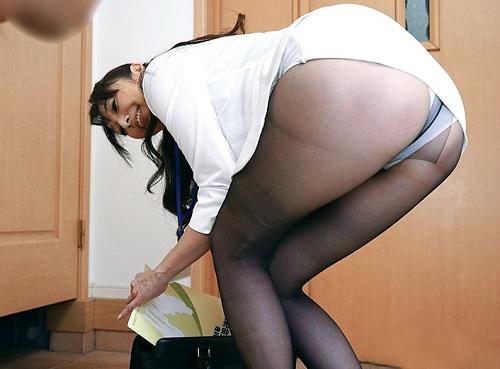 《五十路の生保OL》「私の体に興味あります?♥」スレンダー巨乳おっぱい黒パンストの人妻熟女が誘惑・枕営業で契約ゲットw