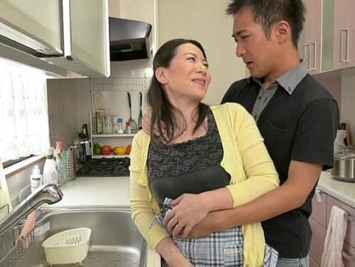 【五十路の人妻熟女】「抱いていいわよっ♥♥」ムチムチ垂れ乳・巨乳おっぱいおばさんが息子と近親相姦して感じまくってしまうw