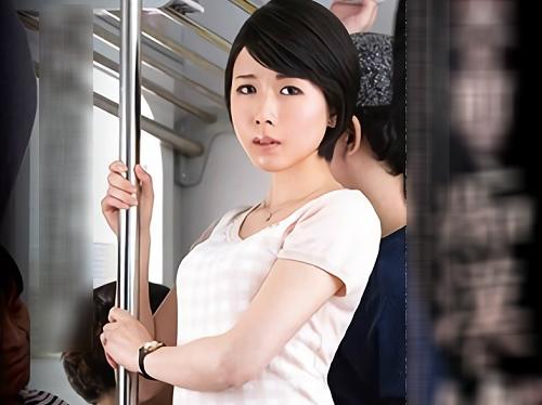 《三十路の人妻熟女》「ひぃぃ♥感じちゃうぅぅ♥」電車で痴漢され快楽堕ちした貧乳おっぱいの美人おばさんが電車内でヤられるw