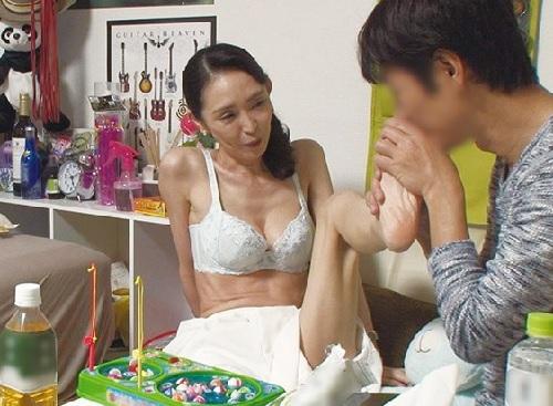 《四十路の人妻熟女》「もぉ♥おばさん本気なるから…♥」スレンダー巨乳おっぱいの美魔女おばさんをナンパして連れ込みエッチw