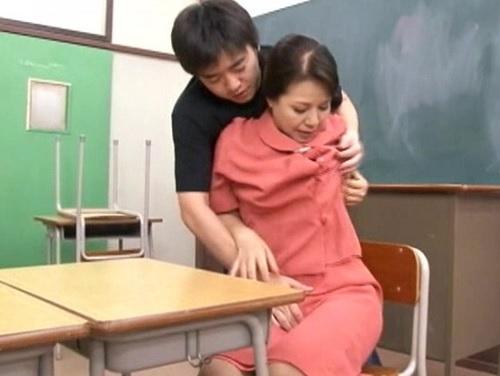 《熟女レ●プ》「なにするの!?」定時制学校のおばさん校長が辱められる!ぽっちゃりムチムチ巨乳おっぱい熟女に膣内射精される