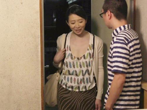 《五十路の人妻熟女》「きゃっ!な、何するのよ!」家の中だからと油断して胸チラしてる巨乳おっぱいおばさんな母を犯すww