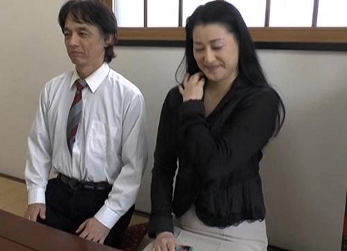 《五十路の人妻熟女》「もっと刺激が・・・♥♥」夫婦生活が物足りないスレンダー美乳おっぱいばさんが刺激を求めてAVに出るw