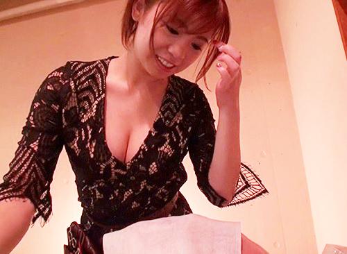 【誘惑理髪師】「おっぱい舐めて…♥♥」スレンダー巨乳おっぱい美人がバレないようにフェラ抜き&騎乗位でチンポ辱めww