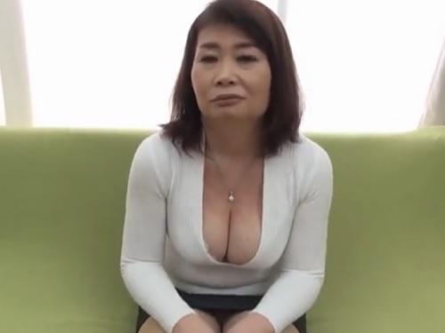 《五十路の人妻熟女》「はしたないかしら♥」巨乳おっぱいの谷間を見せつけるムチムチおばさんがアクメし膣内射精くらう!w