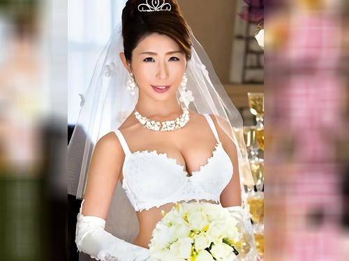 《人妻熟女》「ママ再婚するわねっ♥♥」スレンダー巨乳おっぱいの美人おばさんが息子の親友と再婚!ドレス姿で新婚SEX!