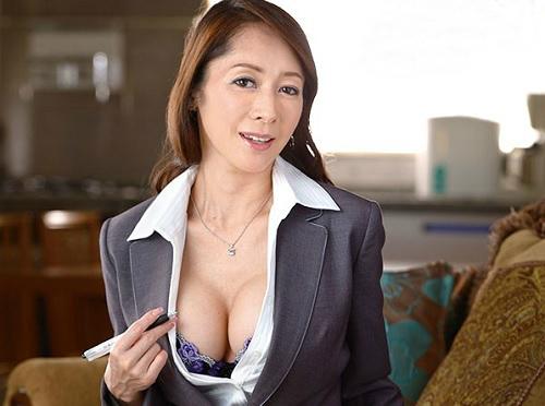 《五十路の人妻熟女》「うふふ♥特別サービスは…♥」スレンダーボディにガリ巨乳おっぱいのクソエロ美魔女おばさんが誘惑する!