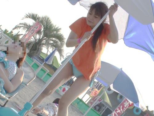 《中出し痴カン》「やだ!やめてっ!何するの!」海の家バイトのスレンダー巨乳おっぱい水着美少女にリモバイを仕込んで辱め!