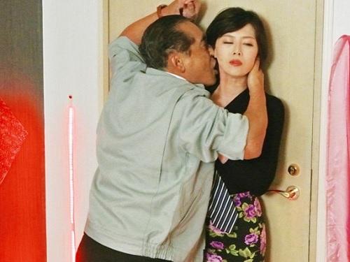 《変態な人妻熟女》「私の体好きにしていいのよ♥♥」スレンダー巨乳おっぱいの美人痴女おばさんが逆ナンパしてセックス
