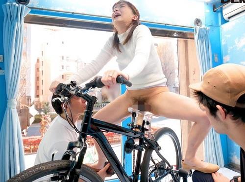 《人妻企画》「やばいっ♡出ちゃいますぅぅ!」ぶしゃー!アクメ自転車と肉棒でイキ潮お漏らしする巨乳おっぱい若妻が激エロw