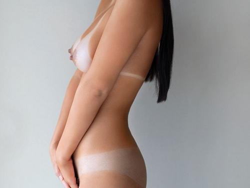 《エロ過ぎ注意》「激しくしてっ♥♥」日焼け跡が卑猥すぎなロリ美少女にメイドコスさせて突きまくる背徳感が凄いエロ動画w