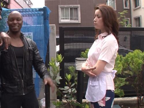 《黒人と美熟女》「コラ!あなた達!」ゴミ捨て注意したスレンダー・ガリ巨乳おっぱいの人妻熟女おばさんが外人に辱めを受けるw