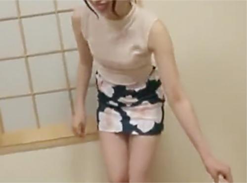 《素人人妻》「精子欲しいの♥♥」タイトスカートにノースリーブの抜ける露出度高めのスレンダー美乳おっぱい美女に膣内射精ww