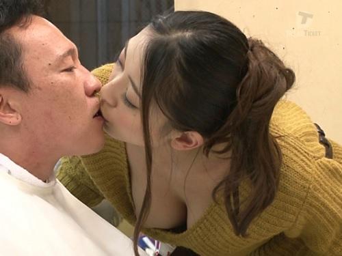 【エロ過ぎ美容師】「興奮してるでしょ♥」巨乳おっぱいの痴女美容師とバレないように、こっそりフェラ、手コキが抜けるw