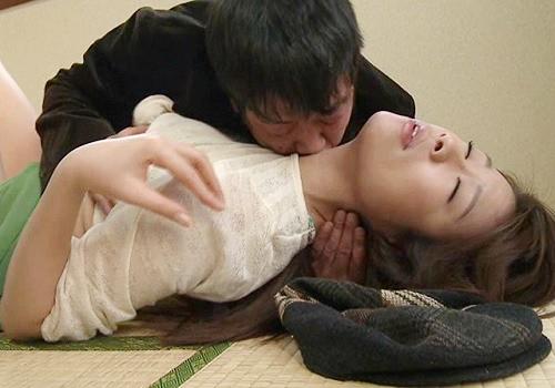 ●《ヘンリー塚本》「な、何するの!だめぇぇ!」スレンダー美乳おっぱい人妻熟女おばさんが義父にNTRれちゃうww