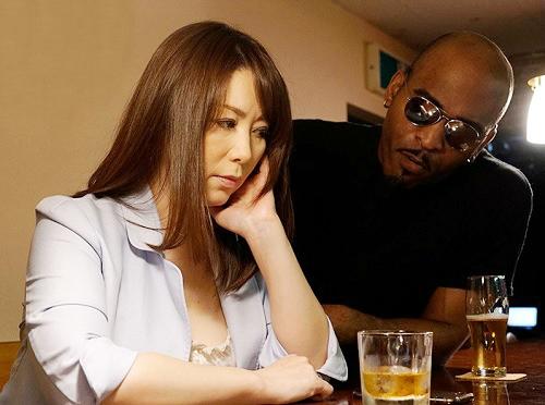 《五十路の人妻熟女》「え?私?」ムチムチ巨乳おっぱいの欲求不満な美熟女おばさんが黒人のデカチンに膣内射精されアヘアヘw