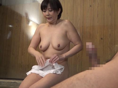 《人妻熟女のオナニー鑑賞》「やだっ♥凄い大きい…♥」混浴温泉で近所の巨乳おっぱいおばさんと一緒になりセックスしちゃうw